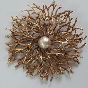 Sunburst vintage brooch with pearl.